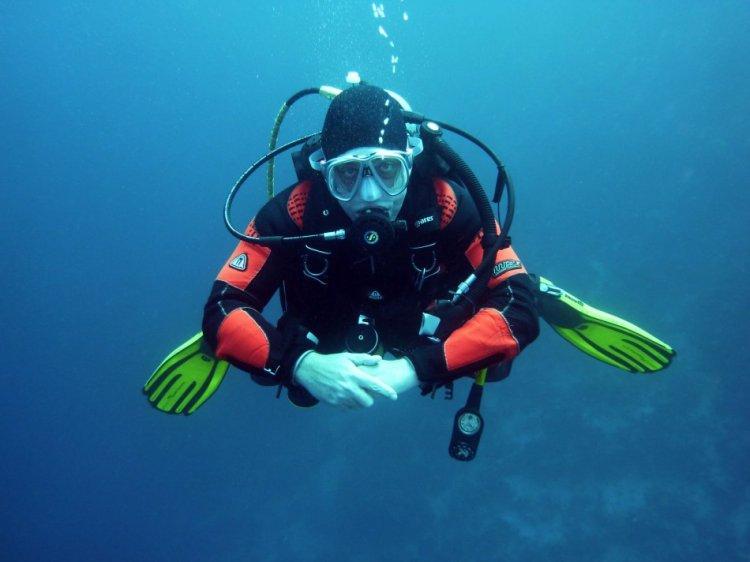 un sommozzatore nelle acque delle cinque terre