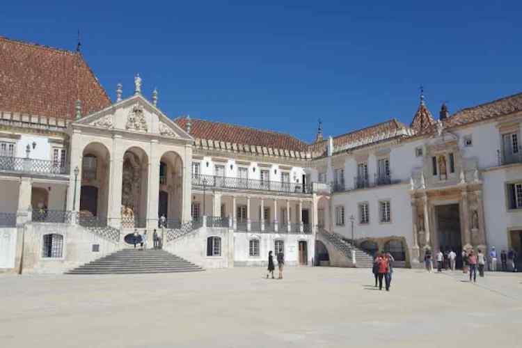 una parte degli edifici storici dell'università di coimbra da vedere durante un viaggio in portogallo