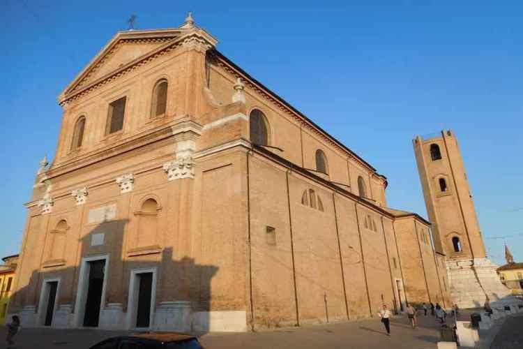 la maestosa cattedrale di san cassiano a comacchio