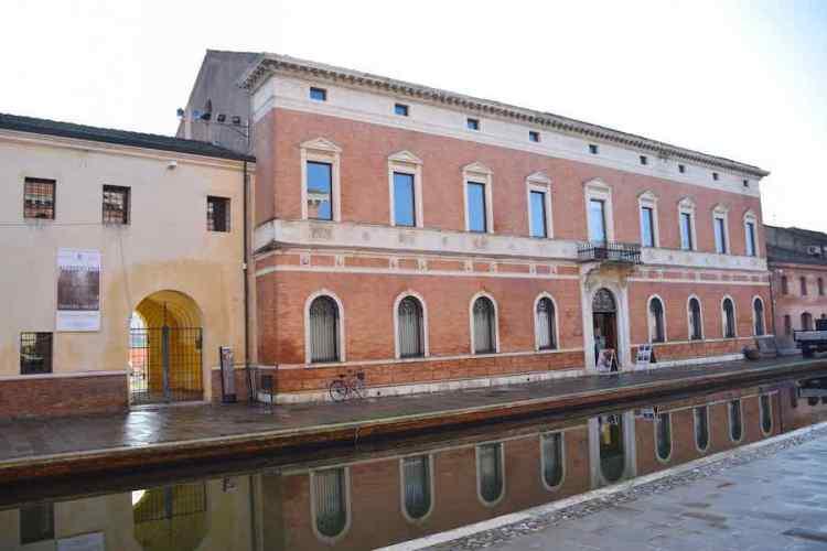 l'affascinante palazzo bellini di comacchio che si specchia nel canale
