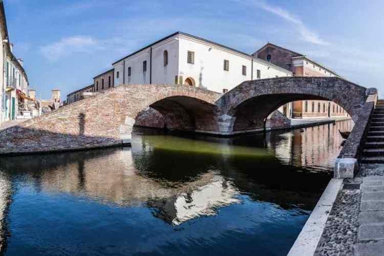il ponte degli sbirri di comacchio la piccola venezia