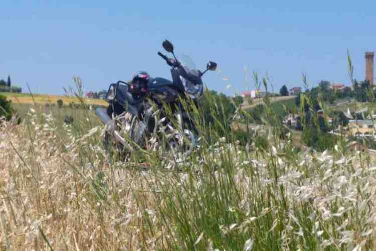 l'entroterra del Parco Regionale del Monte Conero in moto