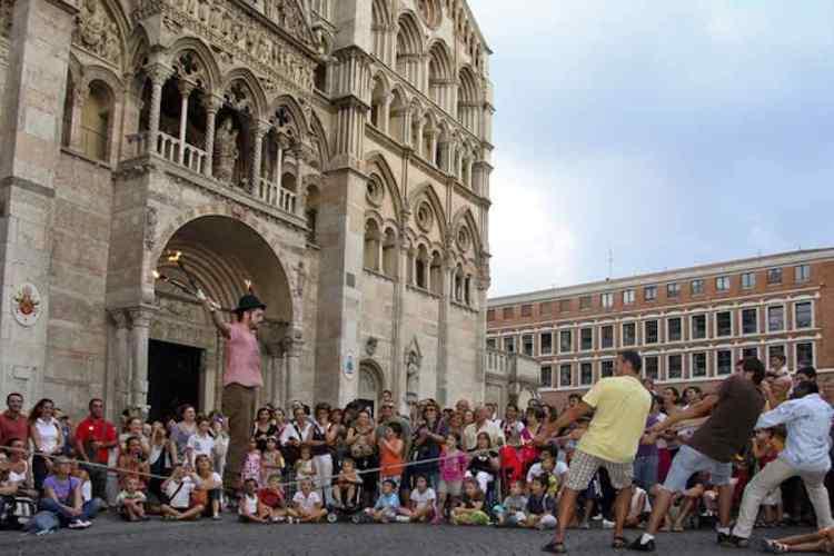 un'esibizione busker davanti alla cattedrale di ferrara
