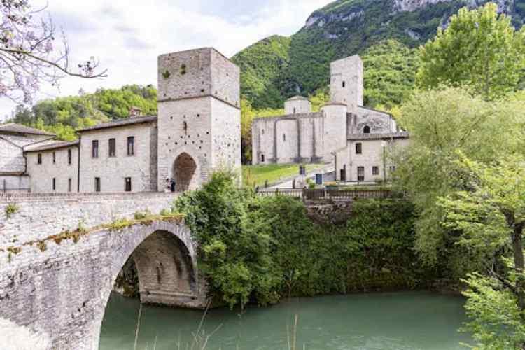 il castello di genga vicino alle grotte di frasassi