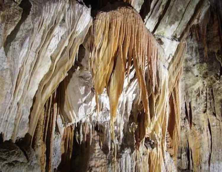 una concrezione nelle grotte di frasassi