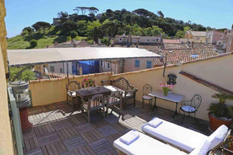 vista terrazza privata dell'hotel de la ponche uno dei migliori hotel a saint tropez