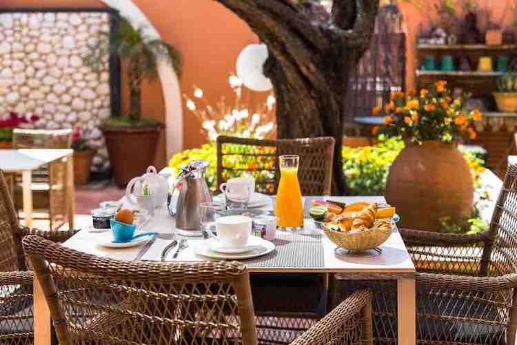 il breakfast dell'hotel le mouillage uno dei più begli hotel a saint tropez