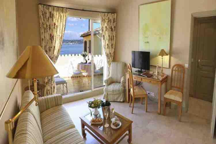 salotto suite dell'hotel de la ponche uno dei migliori hotel a saint tropez