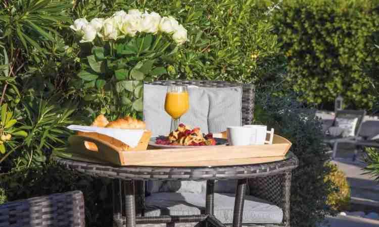 breakfast outdoor dell'hotel le mandla uno dei migliori hotel a saint tropez