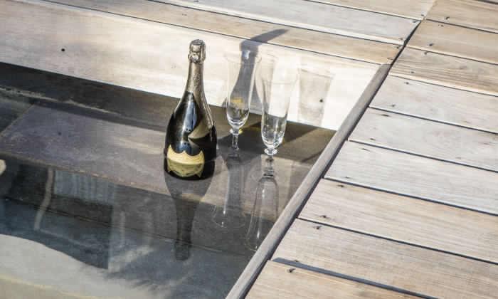 drink in piscina all'hotel le mandla uno dei migliori hotel a saint tropez