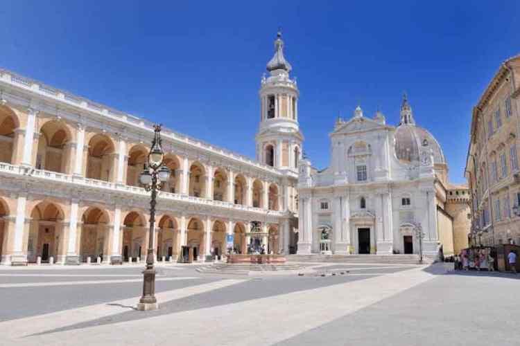 il sagrato e la facciata del santuario santa casa di maria di nazareth a loreto nel parco conero
