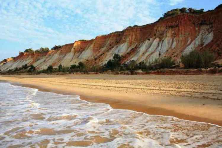 una bellissima spiaggia ad albufeira nel sud del portogallo