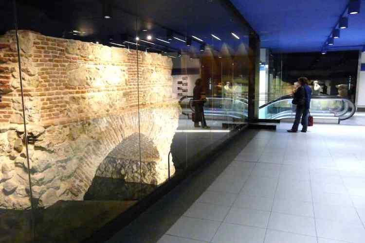 resti del acueducto de amaniel nella stazione di opera di metro madrid