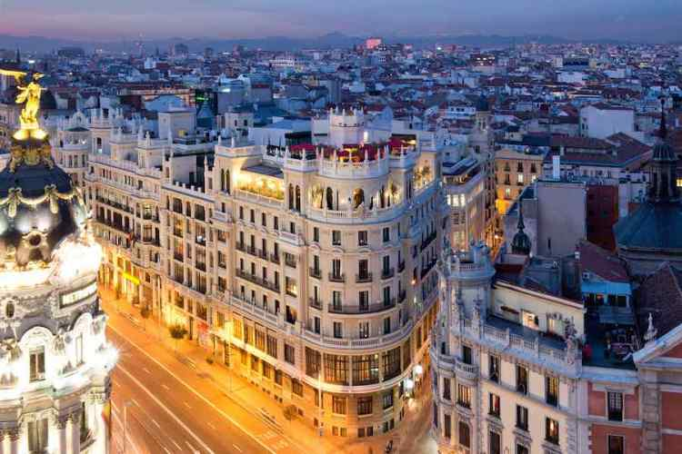la gran via di madrid di sera