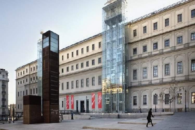 la facciata del museo reina sofia di madrid