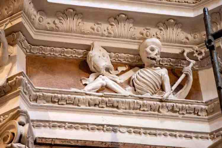 l'interno dell'oratorio dei neri a monterosso