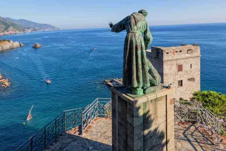 la statua di san francesco a monterosso