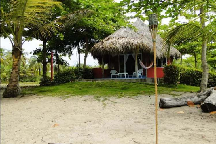 un cottage dell'hotel playa mandala a palomino in colombia