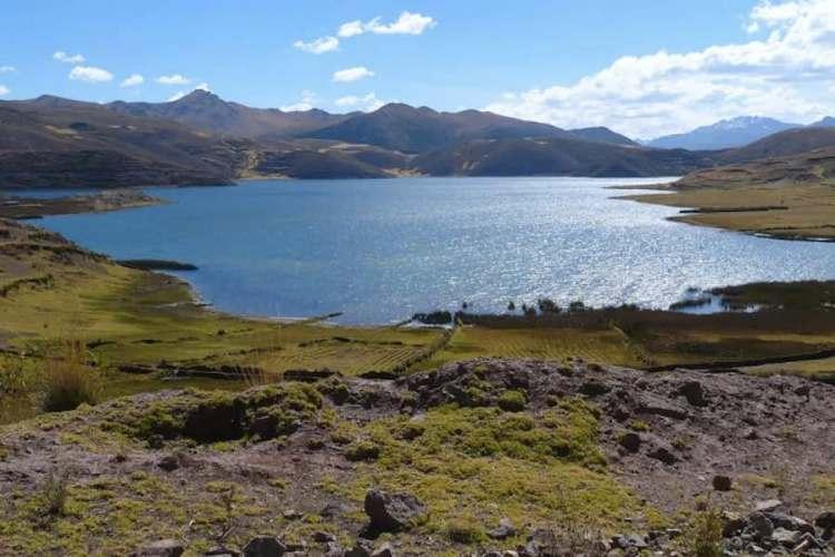 la laguna di pomacanchi nella regione di cuzco