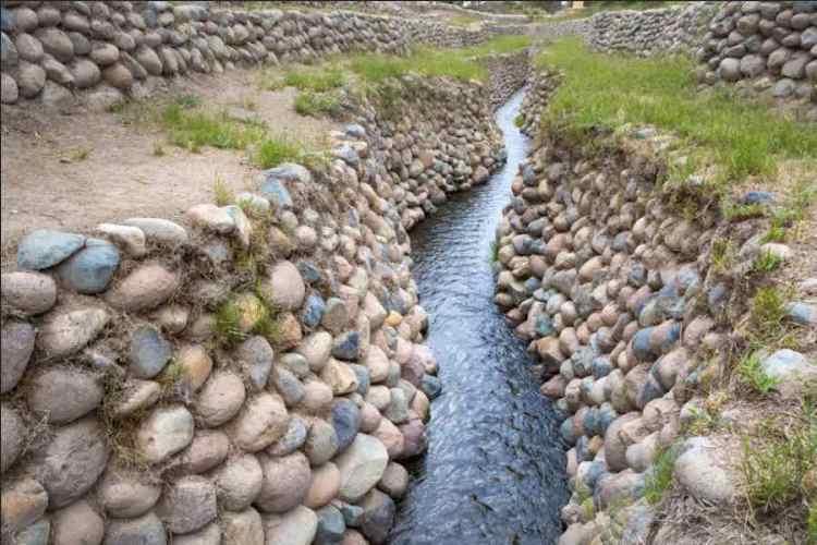 un canale dell'acquedotto di cantalloc nei dintorni di nazca