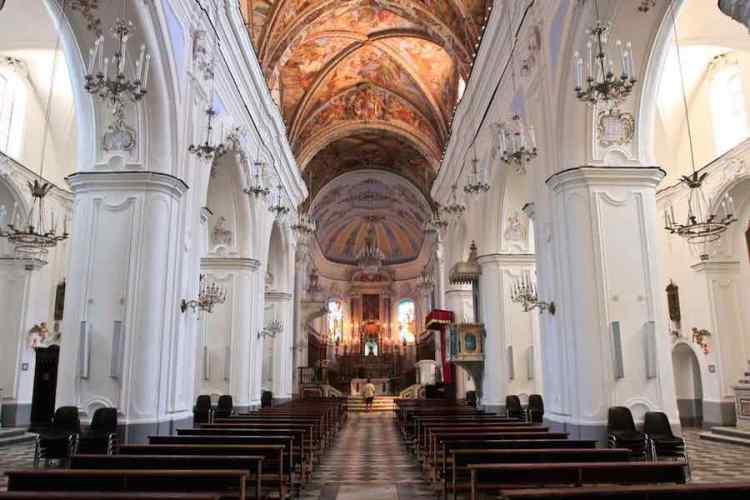 interno della cattedrale di san bartolomeo a lipari isole eolie