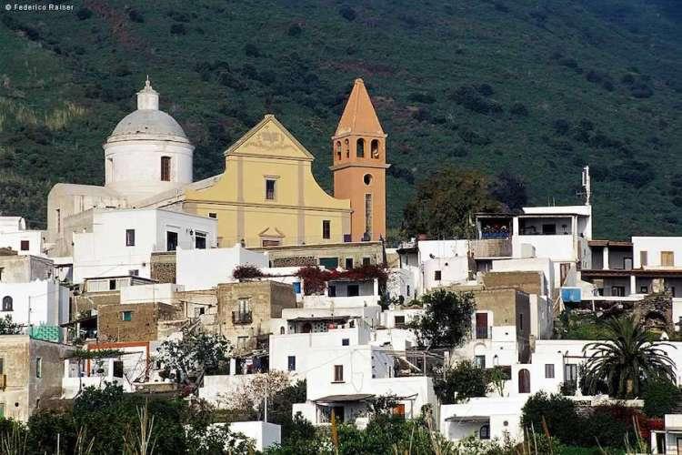 il centro abitato di san vincenzo a stromboli isole eolie e la sua chiesa