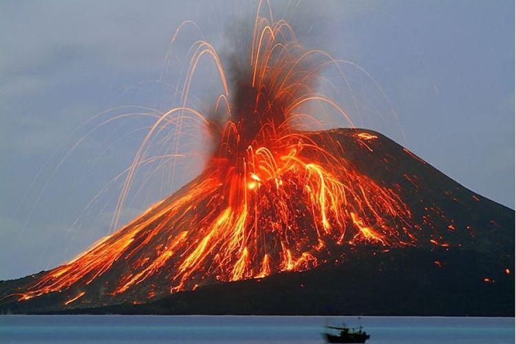 un'eruzione dello stromboli osservata dal mare delle eolie