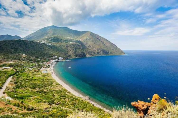 la spiaggia a capograziano a filicudi isole eolie