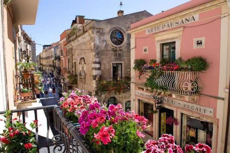 i balconi fioriti di corso umberto I a taormina