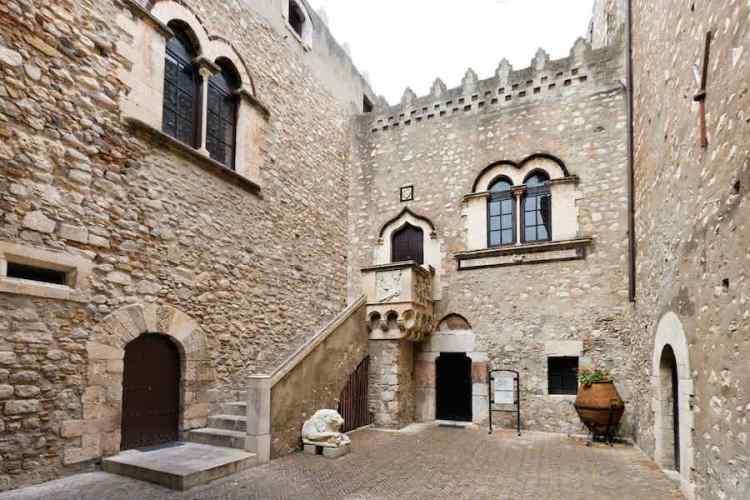 la fortezza medioevale di palazzo corvaja a taormina