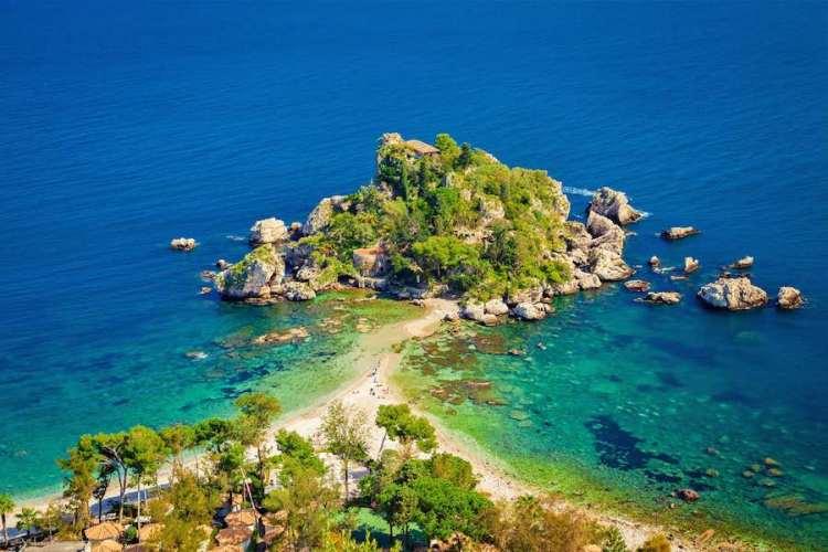 la spiaggia di isola bella a taormina e l'isola