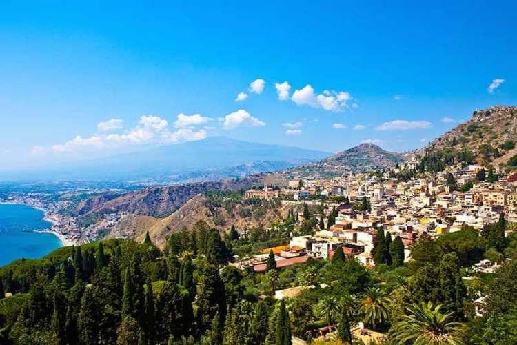 una panoramica di taormina in sicilia