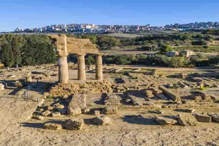 i resti del tempio dei dioscuri