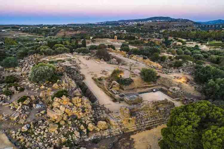 i resti del tempio di giove nella valle dei templi agrigento