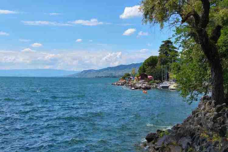 la spiaggia dal chateaux-de-chillon sul lago di ginevra