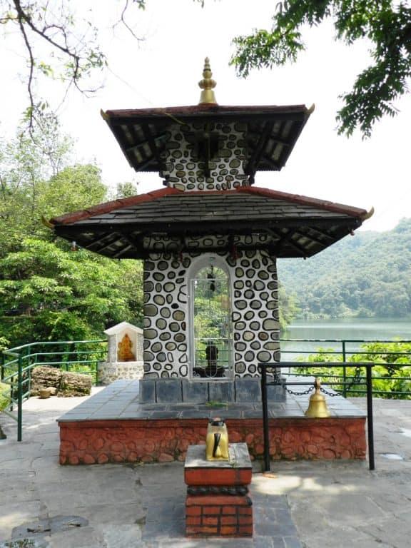 Piccolo tempio sulle sponde del lago