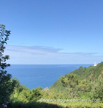 Vista dalla nostra camera sul mare ed il faro sul monte Igueldo