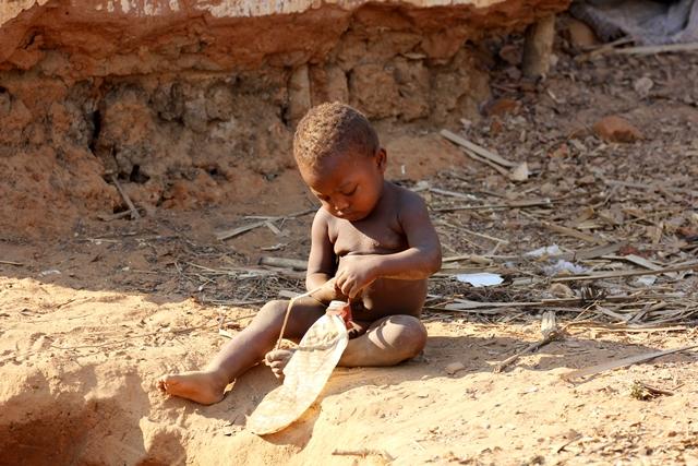 Madagascar giocano con giocattoli