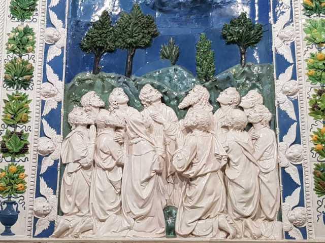 Andrea della Robbia, Ascensione - dettaglio degli apostoli