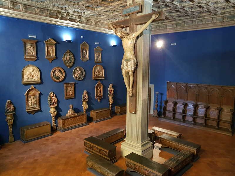 Sala al primo piano del Museo Bardini, sul pavimento la collezione di cassoni rinascimentali