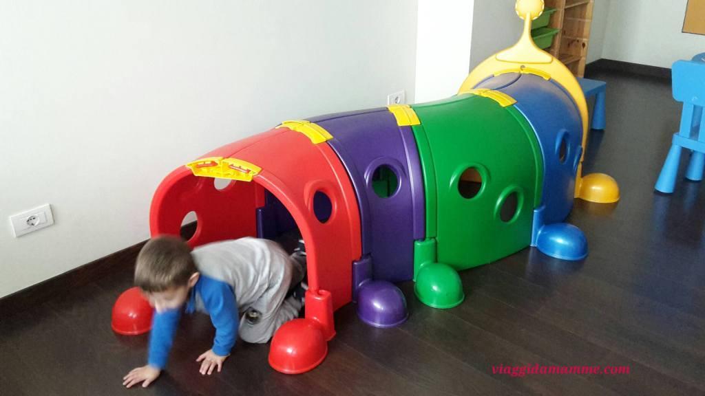 vacanza-a-loano-con-bambini-andrea-nella-sala-giochi