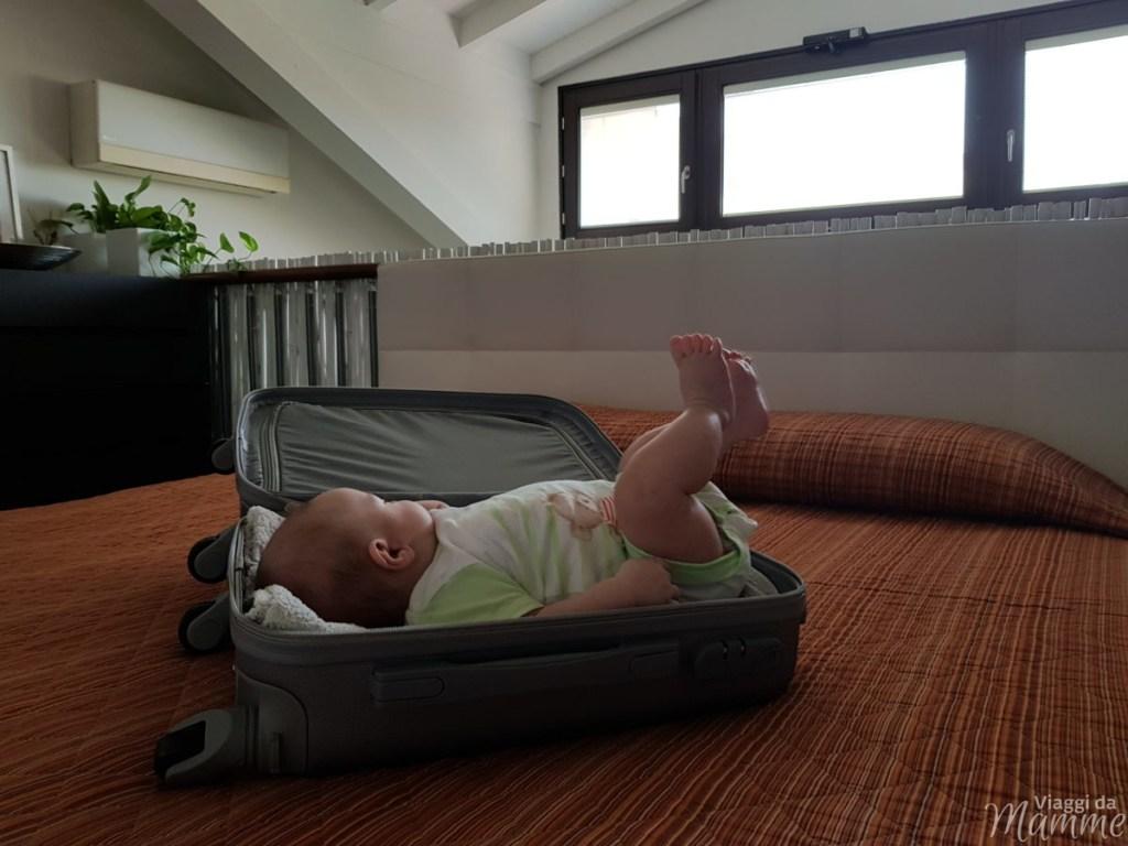 Viaggiare con neonati: cosa mettere in valigia