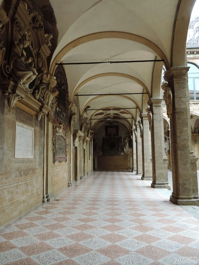 Cosa vedere a Bologna con bambini in due giorni -particolare dei portici dell'Archiginnasio di Bologna-