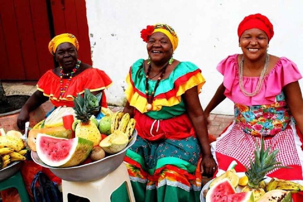 Colombia viaggiare sicuri: cibo, salute, moneta e visto -Donne che vendono frutta vestite in modo tradizionale-