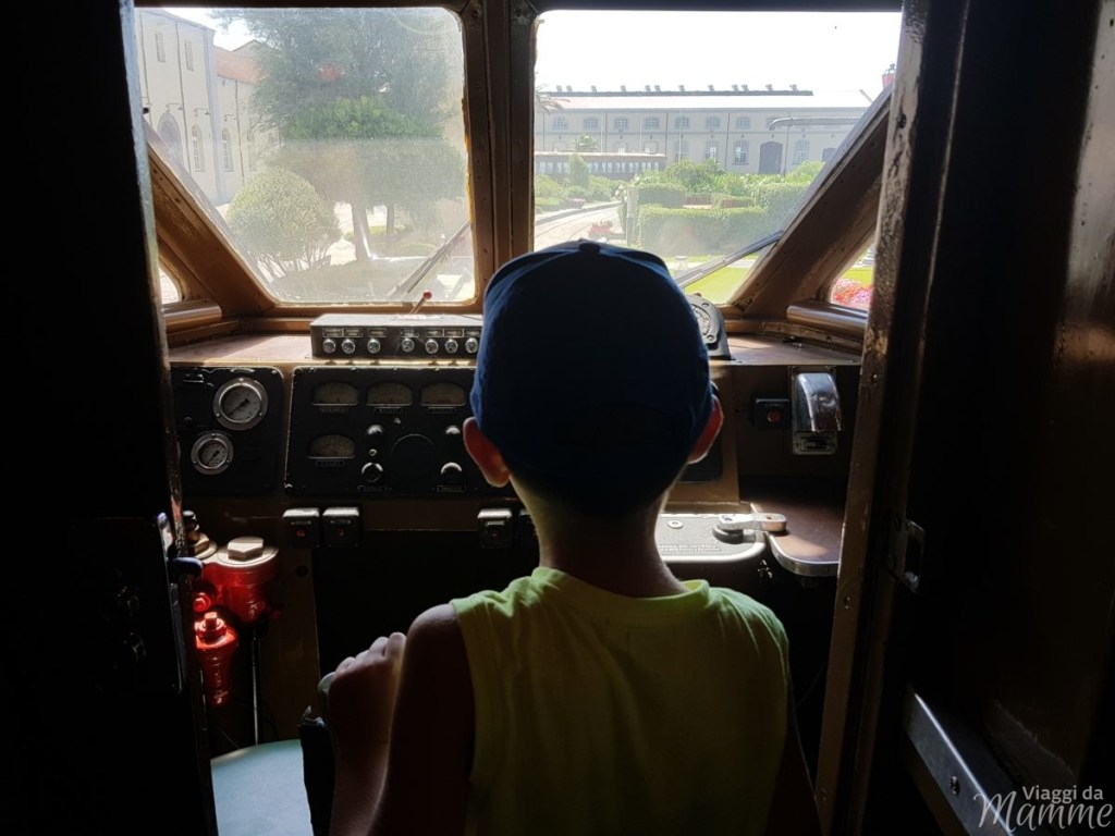 Interno di una cabina di guida di un vecchio treno nel secondo padiglione