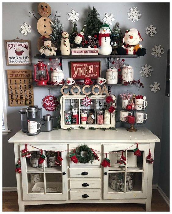 Addobbare casa per Natale: le decorazioni della tradizione - credenza cucina addobbata -