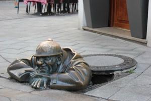 statue di Bratislava, Cumil il guardone