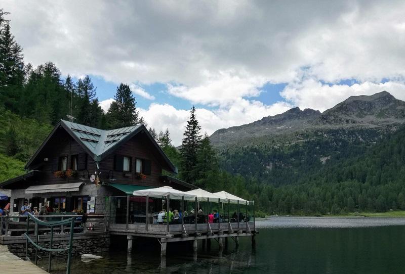 lo splendido Lago delle Malghette e il ristorante che si affaccia sull'acqua