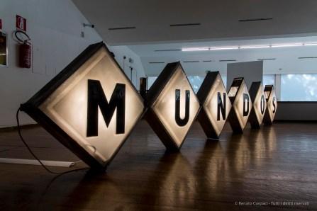 Mundos (Mondi), 2016 Installazione. Insegna al neon presa da un ex-bar a Ciudad Juárez, Messico, altoparlante 87,5x522x20,5 cm.