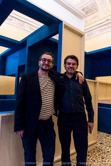 """Davide Quadrio e Krijn de Koning di fianco a """"Opera per Alcantara (Sedia blu)"""""""